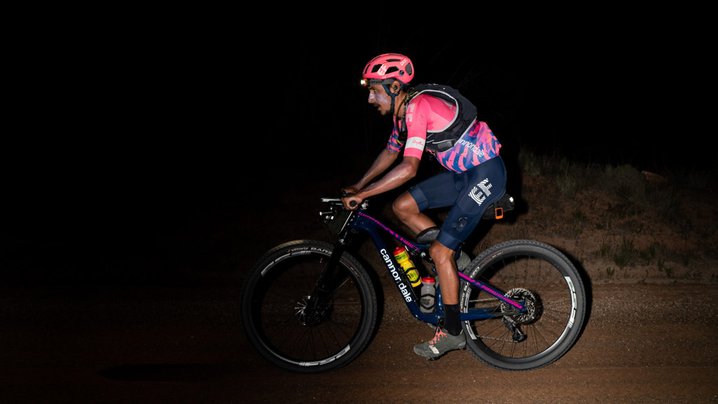 Latchlan morton en bicicleta de Xc maratón